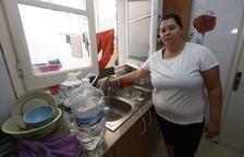 Una de las vecinas afectadas, con el grifo abierto de la cocina sin que salga agua.