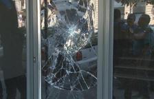Estado en el que quedó el cristal de la puerta de entrada.