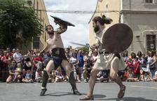 Un gladiador lluita contra un esclau a la plaça de l'Ajuntament.