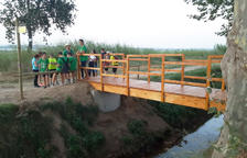 Nou pont de fusta en un camí de Linyola