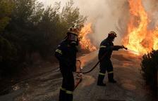 Els devastadors incendis als voltants d'Atenes han segat almenys 74 vides
