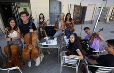 Alumnes del curs, en una terrassa de la zona comercial improvisant amb els seus instruments.
