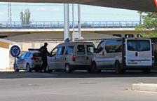 Un agente de la Guardia Urbana haciendo una revisión de vehículos en Pardinyes este mismo mes.
