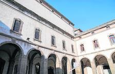 Imagen del mal estado en el que se encuentran las cornisas del patio de la Universitat de Cervera.