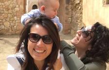 Adelina, en primer plano, con su pareja, Isa, y el hijo de ambas.