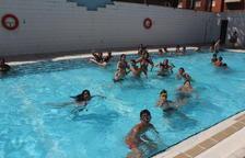 Pequeños y mayores se refrescaban ayer en la piscinas del barrio de La Bordeta.