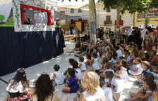 Los más pequeños disfrutaron ayer de la representación de la fábula de L'Anella de Cal Bufalà con títeres.