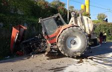 Herido tras sufrir un espectacular accidente con su tractor en Torrefarrera