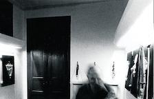 Leandre Cristòfol paseando entre sus obras en la Petit Galerie de Lleida.