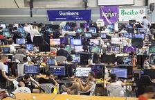 Los participantes comparten información y compiten a través de les ordenadores durante 48 horas en el pabellón municipal.