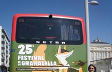 Carles Gibert, alcalde de la Granadella, davant del bus amb el cartell promocional del festival.