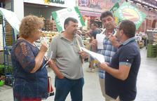 Sindicalistas de Unió de Pagesos, durante su visita ayer a Mercabarna.