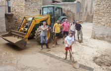 Veïns de Vilagrasseta, a Montoliu de la Segarra, netejaven ahir les restes de fang a la plaça de l'Església.