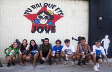Jóvenes de Maldà pintan un mural en las jornadas de trabajo locales