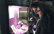Visitantes observando objetos en la exposición.