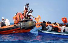 Tripulants de l'Aquarius tracten d'ajudar una embarcació a la deriva.