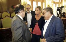 Àngel Ros, al costat de Montse Mínguez i Fèlix Larrosa, que aspiren a succeir-lo, i el secretari general de la Paeria.