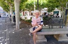 Josep de Lamoga 'Waldo Lideker', a la plaça de la Creu de Tremp amb la novel·la 'R. C. nació en Talarn'.