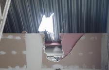 Agujero que los ladrones hicieron en el techo de Catalonia Unic (izq.) mientras que en Mainada Kids rompieron la puerta de entrada.