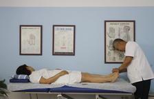 El doctor Park Chae Sun, amb un pacient al qual aplica acupuntura, medicina oriental de fa més de 2.000 anys.