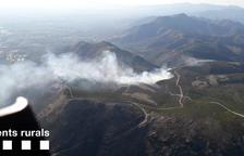 Un incendio forestal con cuatro focos afecta al Coll del Pení, en Roses