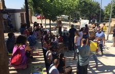 Un momento del cuentacuentos celebrado ayer a la entrada del pueblo de Tiurana.