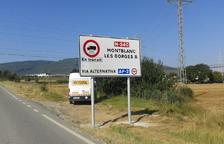 Un dels senyals que informen de la desviació obligatòria de camions en un carretera de la Generalitat.