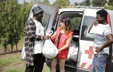 Els temporers de Vilanova de la Barca recullen el lot d'aliments de Creu Roja.