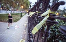 Lloc on suposadament can agredir una dona que retirava llaços grocs a Barcelona.