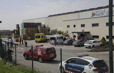 Servicios de emergencia y trabajadores delante de la empresa, situada en la carretera LP-9221 de Torre-serona.