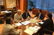 Un moment de la reunió entre el conseller de Territori, Damià Calvet i l'alcalde de Mollerussa, Marc Solsona.