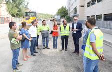 El alcalde, Fèlix Larrosa, visitó ayer las obras de la calle Montserrat Roig.