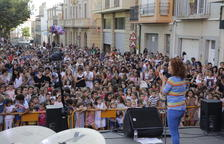Decenas de niños en el concierto de la cantante y pedagoga Dàmaris Gelabert.