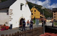 Un vecino se encadena a la puerta de la ermita en Bossòst
