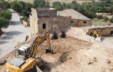 En la primera actuación se han derruido diversas construccions superpuestas al molino.