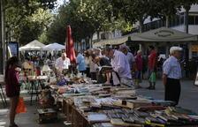 Imatge de clients fent una ullada a llibres ahir en una de les parades.