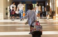 Imagen de un alumno por los pasillos de una escuela.