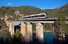 Imagen de archivo del tren de La Pobla cruzando un puente.