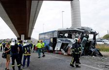 Cinc víctimes mortals a l'encastar-se un autocar contra un pilar a Avilés
