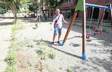 Queixes per males herbes, escombraries i rates en un parc infantil