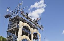 Els operaris ultimaven ahir el muntatge de l'estructura vertical de 9 metres per a l'obra inaugural.
