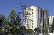 Imatge d'una línia elèctrica prop d'un edifici.