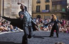 La plaça Major, centre neuràlgic de la Fira, va acollir ahir l'espectacle de dansa 'Orbis', de la companyia Humanhood.