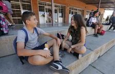Imagen de archivo de alumnos sin móviles a la hora del recreo en el instituto Torre Vicens de Lleida.