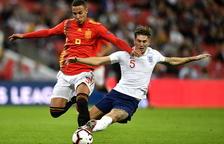 El davanter del València Rodrigo, que va ser l'autor del segon gol espanyol, intenta endur-se la pilota davant de Stones.