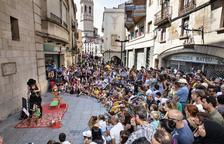 El centro de Tàrrega se llena a rebosar el fin de semana de FiraTàrrega para disfrutar de teatro para todos los públicos. En la imagen, la calle del Carme ayer al mediodía.