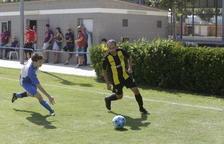 Un jugador del Artesa de Lleida intenta robar la pelota a otro del Pardinyes.