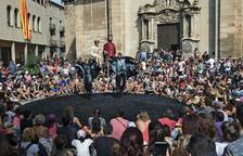 FiraTàrrega se despide el día del Aplec de Sant Eloi, con los gigantes en la plaza Mayor durante la actuación de Orbis.