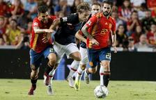 Ceballos e Isco intentan frenar al croata Luka Modric, compañero de vestuario en el Madrid.