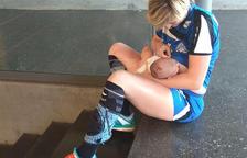 Irina, donant el pit en el descans d'un partit el dia 9 passat a Balàfia.